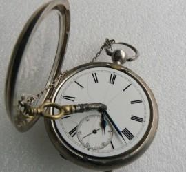 Relógio de bolso antigo com chave - tampa frontal